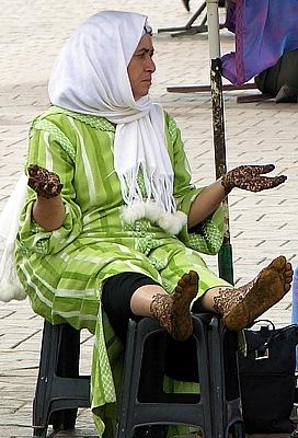 Henna Bemalung auf dem Platz der Gehängten in Marrakech