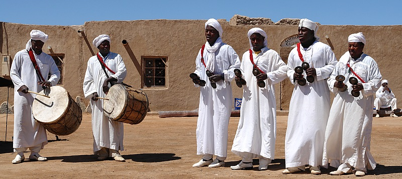 Afrikanische Folkloregruppe in Merzouga
