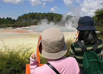 Vorbildlicher Sonnenschutz japanischer Touris am Champagne Lake