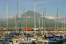 Blick vom Jachthafen in Horta auf den Pico (Juli)