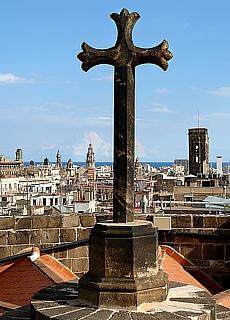 Barcelona Skyline vom Kirchendach der kathedrale im Bari Gothic (Dezember)
