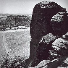 Blick vom Lilienstein hinunter auf die Ebenheit und die Burg Königstein (Januar)