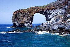 Natürlicher Felsbogen in Polara auf Salina (Juli)