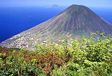 Blick vom Monte Fossa auf den Monte Pori auf Salina (April)
