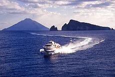 Tragflügelboot der Siremar vor Panarea (Januar)