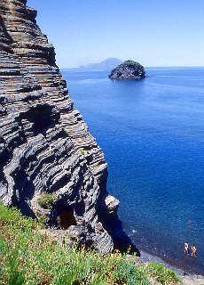 Wilde Steilküste von Polara (Juni)