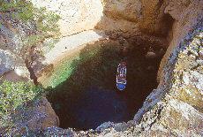 Ausflugsboot in einer Grotte (Juni)