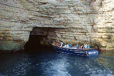 Enge Grotten in der Steilküste bei bei Mattinata (Mai)