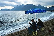 Fischer am Strand von in Cirali (November)