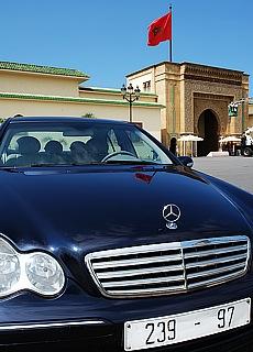 Beamten Mercedes vor dem Königspalast in Rabatt (Januar)