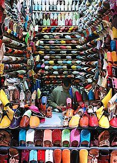 Schuhmacher in den Souks von Fez (Dezember)