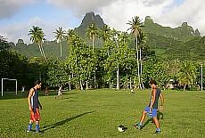 Abendliches Fussballtraining auf Moorea (August)