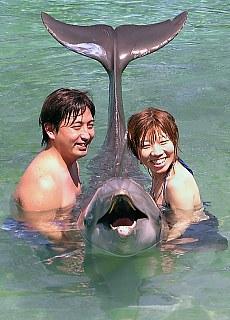 Lächeln fürs Fotoalbum bei Dolphin Quest (April)