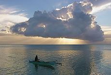Einsamer Paddler am Strand von Moorea (Februar)