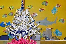 Weihnachtsschmuck am Flughafen von Moorea (Dezember)
