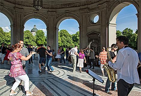 Saxophon Spieler beim Tanz im Dianatempel im Hofgarten (August)