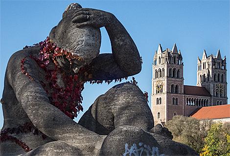 Statue mit Efeu Kleid auf der der Wittelsbacher Brücke (Oktober)