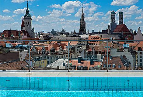Schwimmbad auf der Dachterrasse des Mandarin Hotel (Juni)