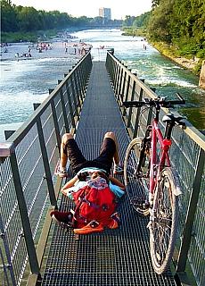 Relaxing auf der Marienbrücke an der Isar (August)