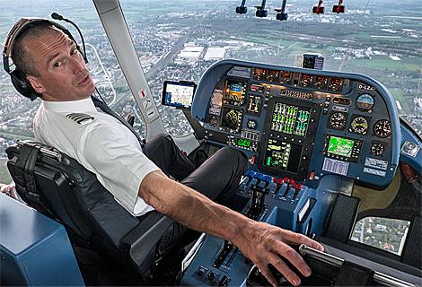 Pilot im Cockpit beim Zeppelin Sunset Flight (April)