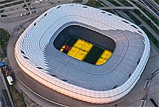 Allianz Arena mit magischer Rasenbeleuchtung (Juni)