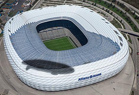 Allianz Arena mit Zeppelin Schatten (August)