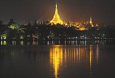 Shwedagon Pagode in Yangon bei Nacht (Dezember)