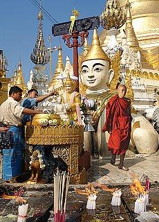 Opferzeremonie in der Shwedagon Pagode (April)