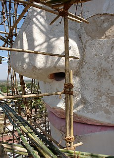 60 m hoher sitzender Buddha am Ostaufgang zur Shwe San Daw Pagode in Pyay (Mai)