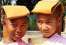 Junge Nonnen in Mandalay (April)