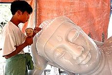 Bildhauer im Handwerkerviertel von Mandalay (Juni)