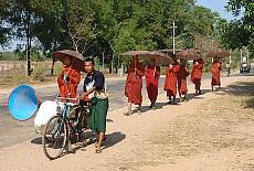 Mönche auf Betteltour (Juni)