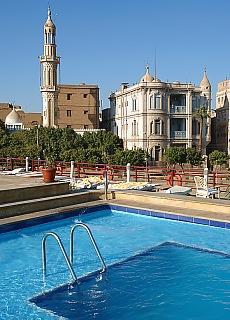 Nilkreuzfahrtschiff mit Swimmingpool im Hafen von Edfu (Mai)