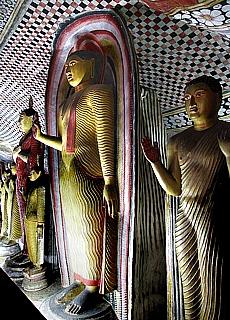 Goldene Buddhas im Höhlentempel in Dambulla (Dezember)