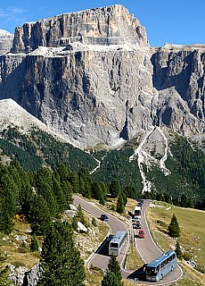 Dolomitenstrasse mit Sella Massiv (April)