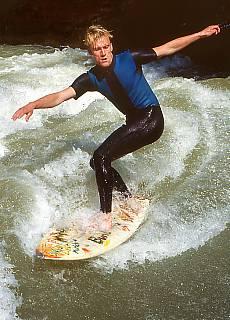 Isar Surfer auf stehender Welle (Juli)