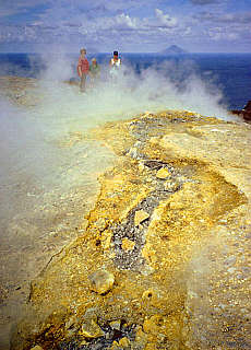 Spalten und Schwefeldämpfe auf den Kraterrand des Vulcano (März)