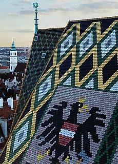 Blick vom Stephansdom mit Stadtwappen Wien (Januar)