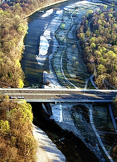 Brudermühlbrücke über die Isarauen (November)