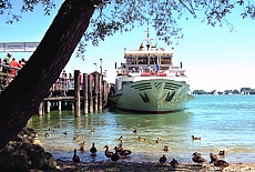 Schiff der Chiemsee Flotte am Steg der Herreninsel (Februar)