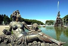 Sexy Bronzestatuen im Schlosspark von Herrenchiemsee (April)