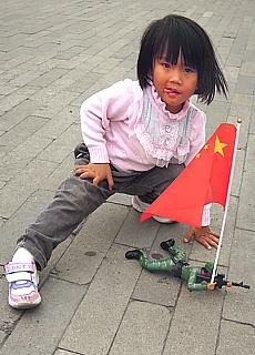 Chinesisches Mädchen lernt Kindersoldat (Juni)