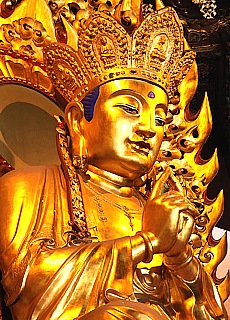 Goldener Buddha im Longhua Tempel in Shanghai (Dezember)