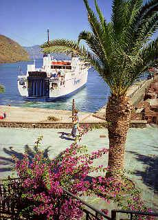 Siremar Fähre im Hafen von Rinela auf Salina (Januar)