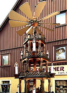 Riesige Pyramide in Seiffen (November)