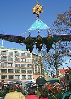 Fliegen am Kranhaken über den Viktualienmarkt in München (Mai)
