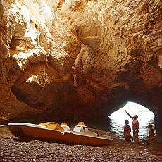 Natürliche Grotten in der Steilküste zwischen Vieste und Mattinata (August)