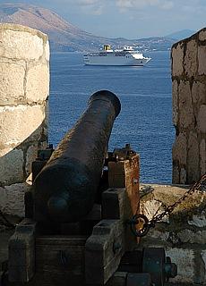 Kanonen auf der Stadtmauer in Dubrovnik (April)