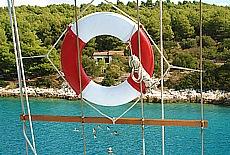 Türkisblaues Wasser in einer einsamen Bucht der Insel Scedro (Mai)