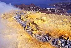 Heisser Schwefeldampf und Spalten auf dem Vulcano (Oktober)